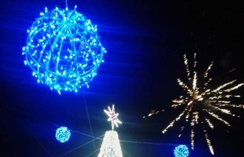 """Accese le luci dell'albero di Natale in piazza Umberto I. L'evento anticipato dal canto dei bambini e dalla """"neve"""""""