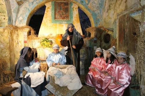 Presepe vivente nella grotta di San Michele: migliaia i visitatori a Camigliano