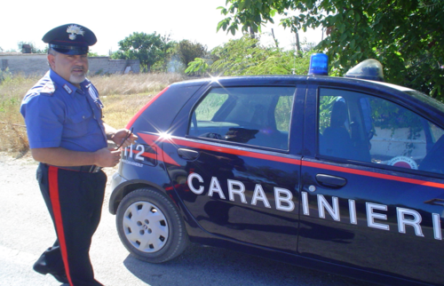 I Carabinieri lo beccano in strada con diverse dosi di cocaina ed a casa gli trovano anche dei manufatti esplosivi artigianali. Spedito al Carcere di Poggioreale