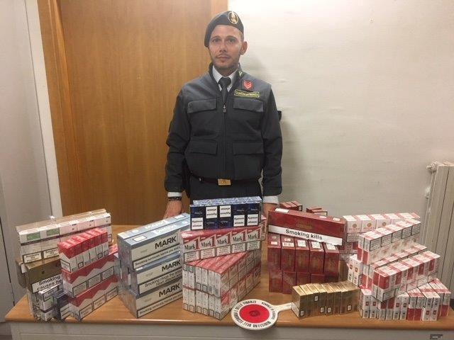Sequestrati 12 chilogrammi di sigarette di contrabbando: arrestato anche un uomo