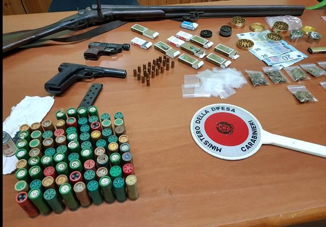 """Droga, armi e munizioni. Blitz dei Carabinieri di Macerata che """"in trasferta"""" arrestano due persone a Giugliano"""