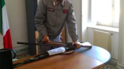 Alvignano, i carabinieri forestali della stazione di Pietramelara sorprendono un cacciatore con un fucile da caccia semiautomatico privo di limitatore di cartucce