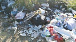 Ritrovati ancora una volta rifiuti abbandonati in strada