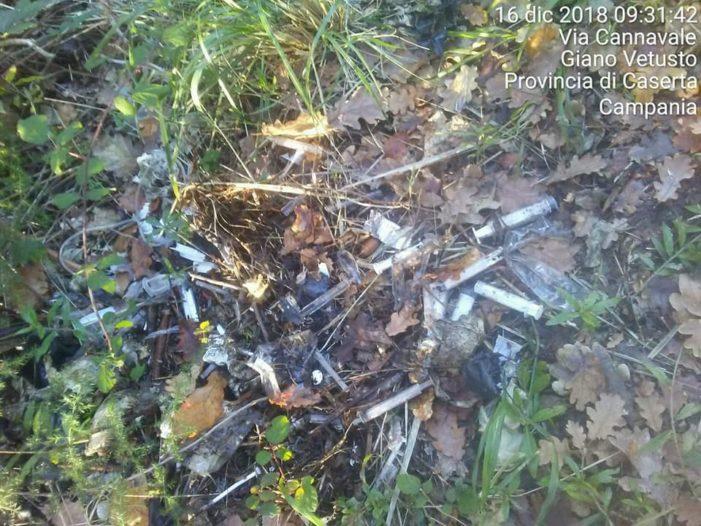 Giano Vetusto, rifiuti vari e siringhe abbandonate in una stradina di montagna
