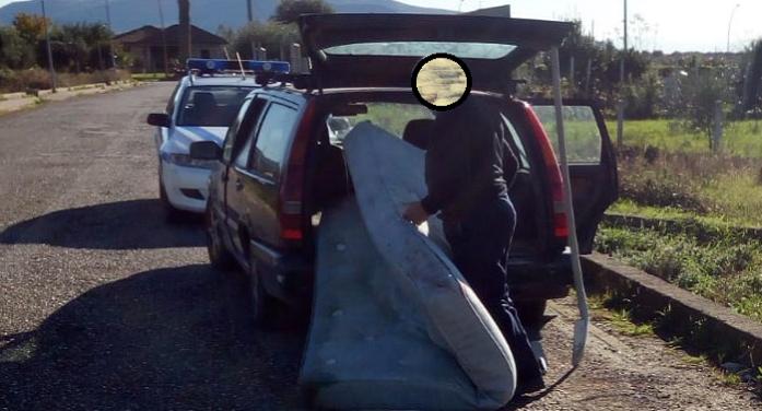 Beccato dalla Polizia Municipale ad abbandonare diversi rifiuti speciali a bordo strada, multato e costretto a riportarsi il materasso a casa