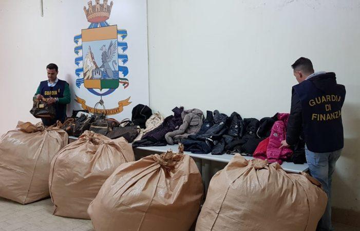 Sequestrati nel mercato rionale 3000 capi di abbigliamento e in pelle contraffatti