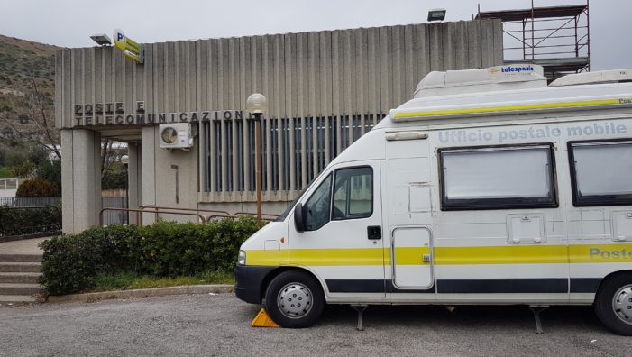 """Filale delle Poste italiane chiusa per lavori ad arriva l'unità mobile per i servizi """"senza scambio di denaro"""""""