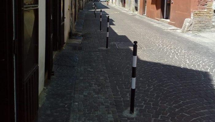 La minoranza chiede la rimozione dei dissuasori della sosta installati lungo Via Roma per non far morire il commercio nel centro storico