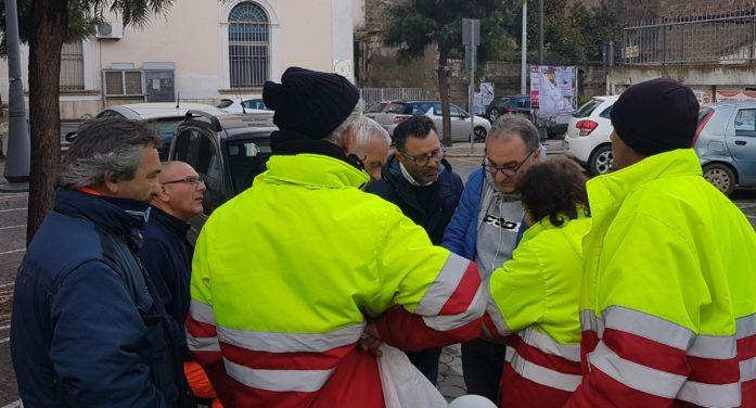 Assemblea degli operatori ecologici sotto al Comune con il sindacalista Guarino e la Consigliera Cioppa