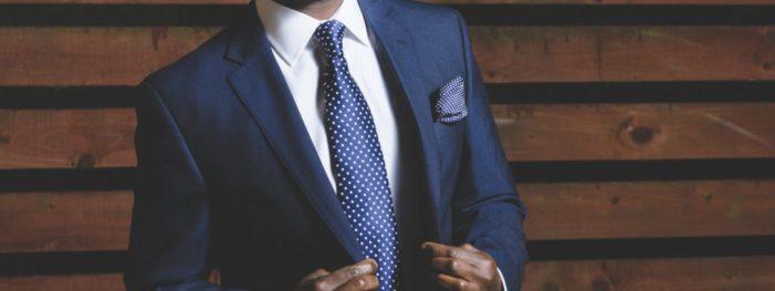Completo da uomo blu, i consigli e suggerimenti su come renderlo informale