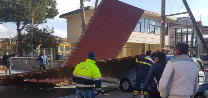 Tetti distrutti e volati in strada ed alberi buttati a terra, le violente raffiche di vento causano ingenti danni alla comunità vitulatina