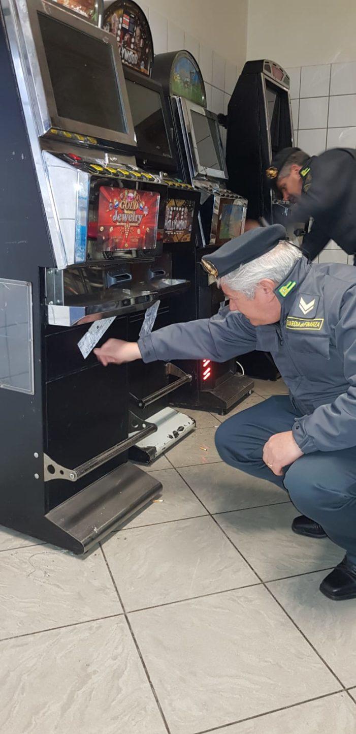 Stretta sul gioco illegale: sequestrate 20 tra slot machine e totem. Denunciate 8 persone
