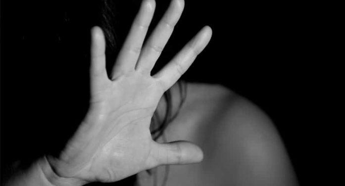 Violenza sessuale nei confronti della figlia di 6 anni e della fidanzatina del figlio di 14: 52enne arrestato